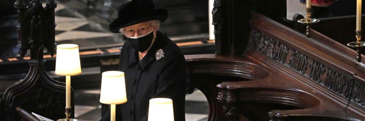 Pohřeb prince Philipa obrazem: Královna Alžběta v kapli plakala, Harry se usmiřoval