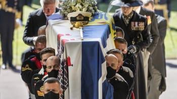 Pohřeb prince Philipa skončil. Rakev s ostatky byla uložena v kapli svatého Jiří