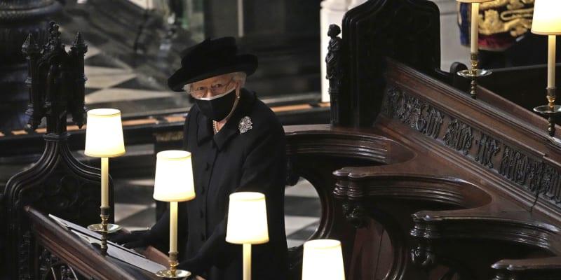 Královna sedí sama v lavici na pohřbu svého muže.