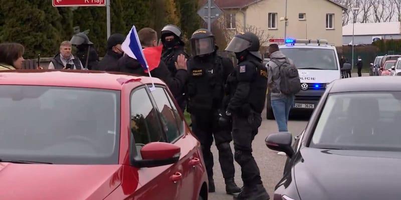 Na demonstraci před domem Jana Hamáčka musela zasahovat policie.