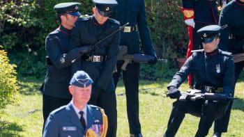 Kolaps na královském pohřbu. Jeden z vojáků během průvodu upadl na zem s puškou