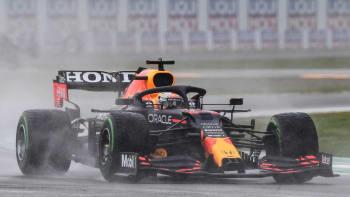 Drama v Imole. Při deštivé velké ceně F1 vlály červené vlajky, vyhrál Verstappen