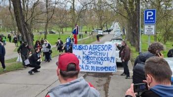 Hanbu Rusku, křičí desítky demonstrantů před ruskou ambasádou v Praze