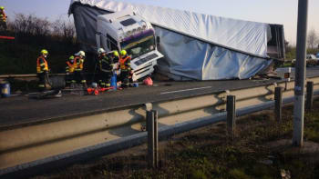 Vážná nehoda zastavila provoz na Pražském okruhu. Silničáři ho obnovili po šesti hodinách