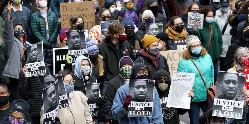 Lidé v USA vyšli do ulic po vynesení verdiktu poroty v obvinění Dereka Chauvina.
