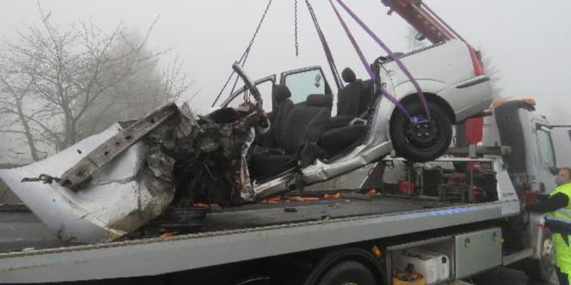 Tragická nehoda osobního automobilu s nákladním vozidlem.