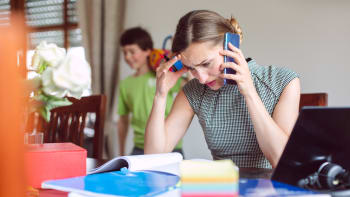 Lidé z domova pracují sice déle, ale méně efektivně. Navíc pociťují více stresu