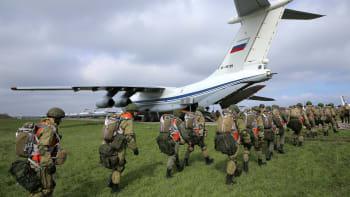 Rusko hrozí Ukrajině: Na Krymu cvičí 10 tisíc vojáků. Kyjev protestuje a volá po sankcích