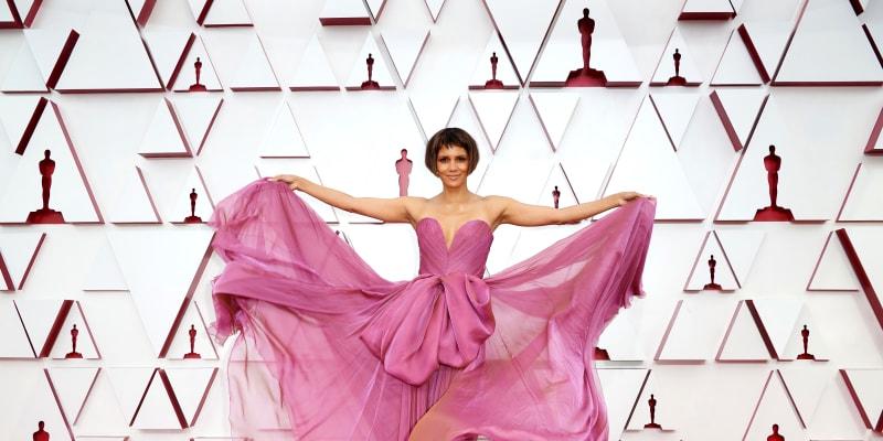 Fialkové rozevláté šaty oblékla herečka Halle Berry.