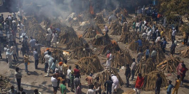 Hromadná kremace obětí koronaviru v hlavním indickém městě Nové Dillí.