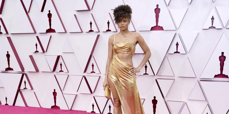 Někteří módní kritici měli výhrady k róbě, kterou oblékla zpěvačka Andra Day.