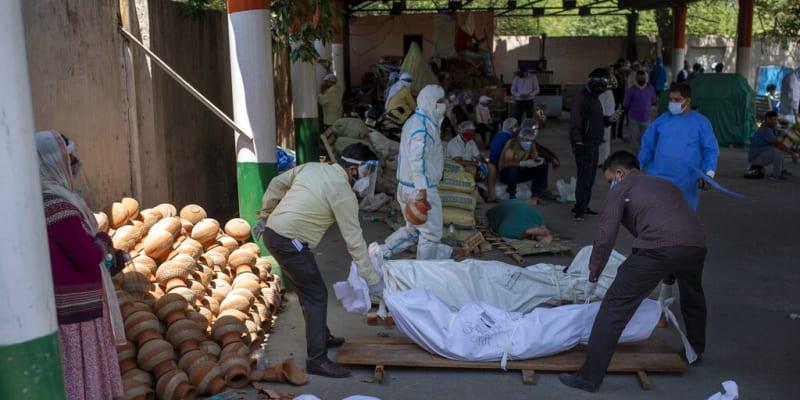 Kritická je zejména situace ve dvacetimilionové metropoli Dillí, kde každý den přibývá přes 20 000 nakažených.