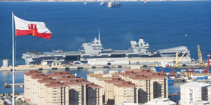 Britská letadlová loď HMS Queen Elizabeth u Gibraltaru