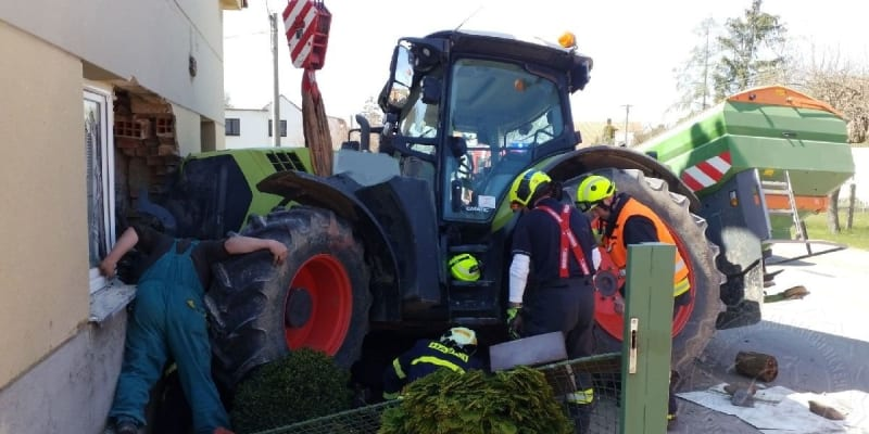 Řidič traktoru na Pardubicku narazil do rodinného domu.