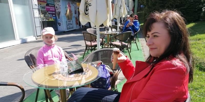 Paní Vlasta s vnučkou v kavárně Fontána v Čadci.
