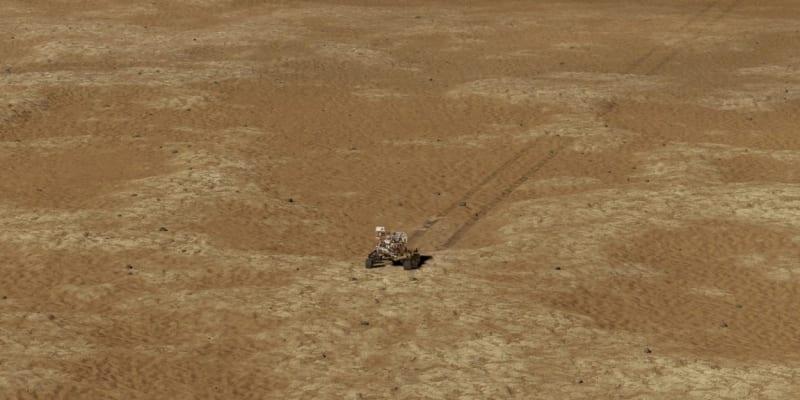 Minivrtulník Ingenuity pořídil úchvatné snímky povrchu Marsu z několikametrové výšky.