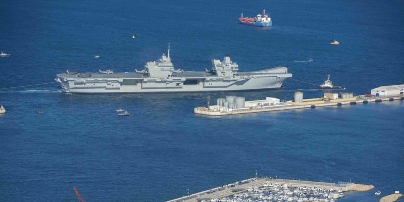 Britská letadlová loď HMS Queen Elizabeth připlouvá do Gibraltaru.