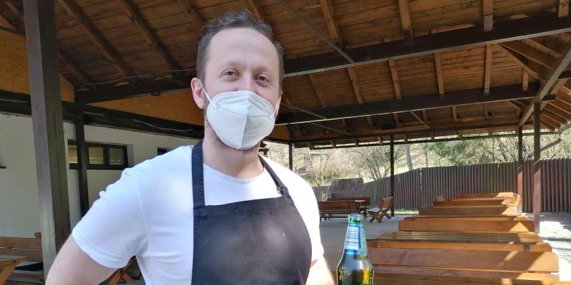 Živnostík Ján Stráňava v bistru Gaston v Čadci zatím čeká na hosty. Chodí jich málo, prý se asi bojí infekce.