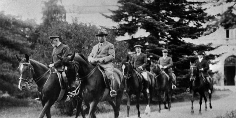 Tomáš Garrigue Masaryk a Jaroslav Preiss na projížďce. Za nimi tehdejší ministr zahraničí Edvard Beneš.