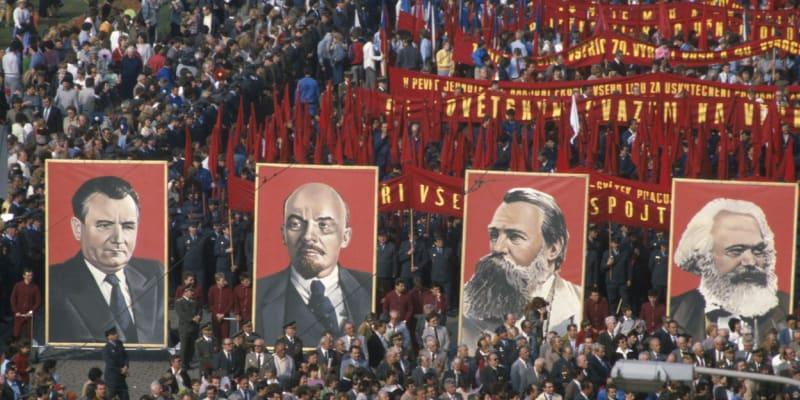 Oslavy svátku práce na Václavském náměstí v Praze na sklonku osmdesátých let