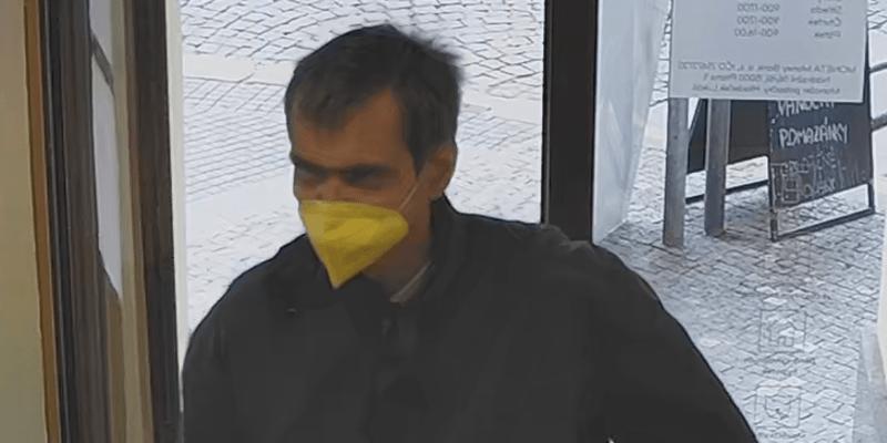 Policie pátrá po muži, který 3. května přepadl banku na pražském Smíchově.