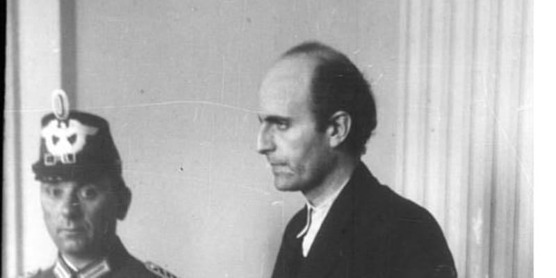 Německý diplomat Adam von Trott zu Solz před berlínským lidovým soudem Volksgerichtshof. Obviněn ze spiknutí proti Hitlerovi a popraven v Ploetzensee 26. 8. 1944