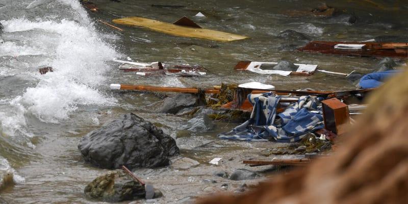 Trosky zřejmě pašerácké lodi u San Diega