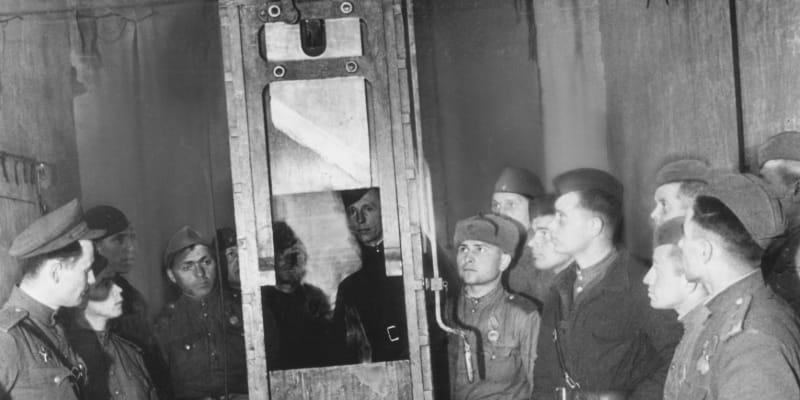 Sovětští vojáci u gilotiny v berlínské věznici Plötzensee v dubnu 1945. Tato gilotina sťala i stovky českých odbojářů