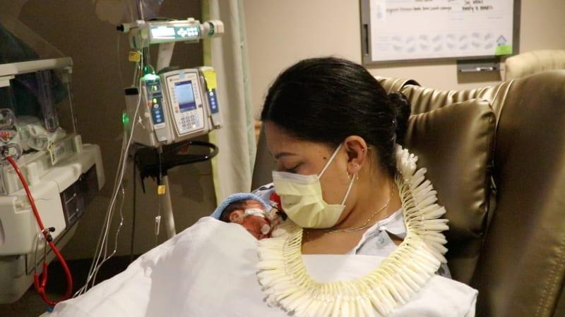 Žena netušila, že je těhotná. Porodila na palubě letadla, video obletělo svět