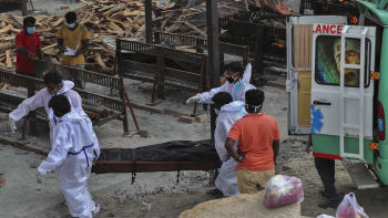 Děsivá reportáž CNN z nemocnice v Indii: Pláč, bezmoc a příbuzní oživující své blízké