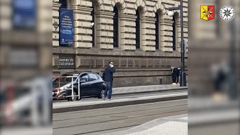 Oslovuje ženy na zastávkách tramvají a nabízí jim sex. Po muži pátrá pražská policie