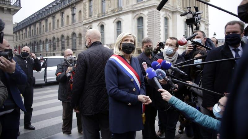 Dopis generálů hýbe Francií. Le Penovou táhne vzhůru, lidé spekulují o převratu