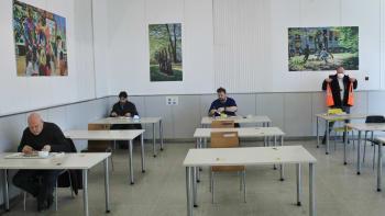 Konečně si u oběda popovídáte s kolegou. Vláda zrušila povinnost sedět v jídelně sám