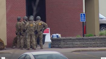 Bankovní lupič v Minnesotě propustil dvě rukojmí. Drama pokračuje, policie vyjednává