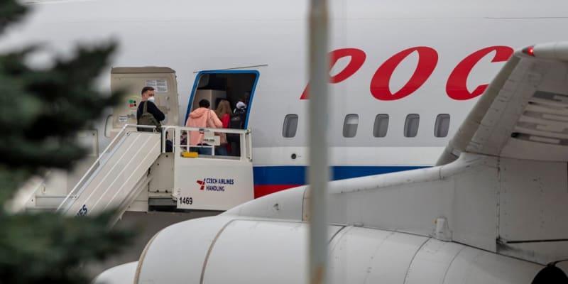 Ruští diplomaté opouštějí Českou republiku.