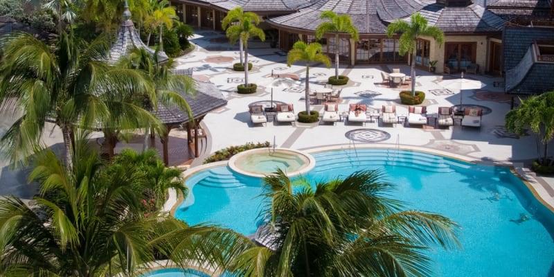 K dispozici má dvě soukromé písečné pláže, dvě luxusní rezidence a tři dvoupokojové bungalovy.