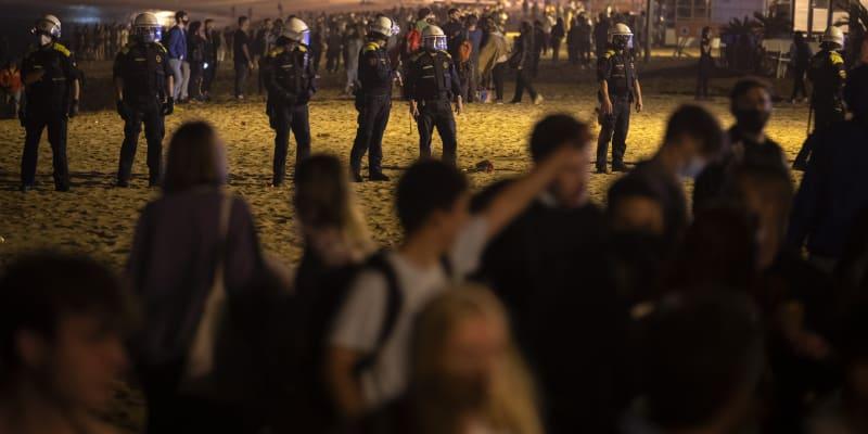 Lidé v Barceloně slavili konec zákazu vycházení.