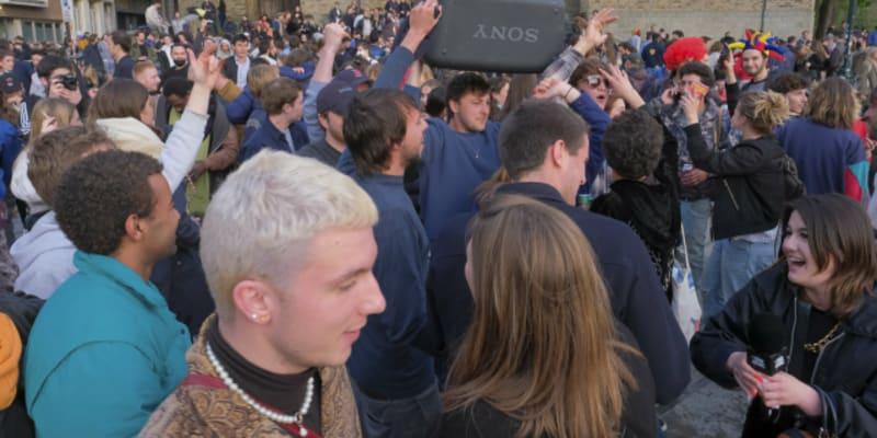 Obyvatelé Bruselu se radují z konce zákazu vycházení.