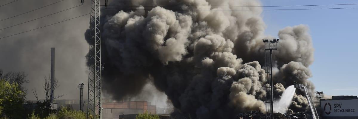 Ostravou otřásl výbuch, pak ji zahalil černý dým. Ve Vítkovicích hoří autovrakoviště