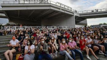 Hlava na hlavě a zpěv přes roušky. Dva tisíce lidí sledovaly koncert Chinaski a Šporcla