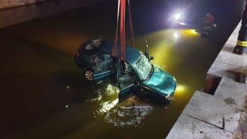 V Praze sjelo do Vltavy auto. Záchranáři z řeky vytáhli člověka
