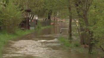 Česko se pere s vydatnými dešti. Hladiny řek stoupají, hasiči vyjeli ke stovkám případů
