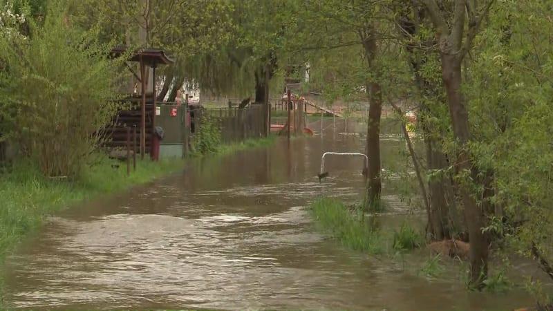 Hladiny řek stoupají. Na Úslavě platí třetí stupeň, hasiči zpevňovali hráz rybníka