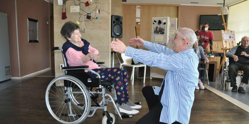 Klienti Alzheimercentra Průhonice oslavili mezinárodní den tance.