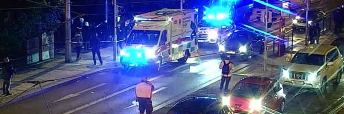 Na Palackého náměstí v Praze se strhla hromadná rvačka, čtyři lidé jsou pobodaní
