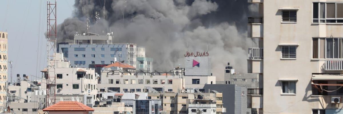 Izrael srovnal se zemí výškovou budovu, kde sídlila AP a Al-Džazíra. Novináři utekli