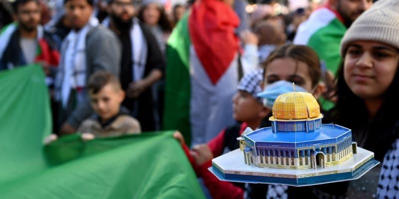 Navzdory válečnému stavu chodí Izraelci i Palestinci demonstrovat do ulic. Zde palestinská žena drží model mešity al-Aksá, u které došlo před týdnem k potyčce, jež odstartovala vlnu krveprolití.