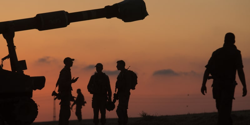 Izraelští vojáci se poblíž Gazy připravují na útok artilerie.