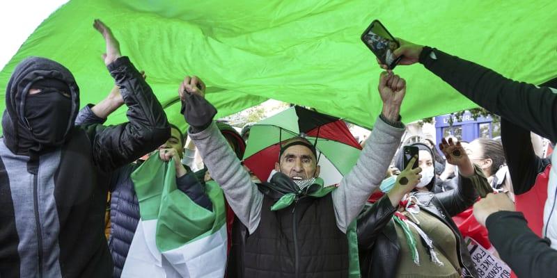 """""""My všichni jsme Palestinci!"""" skandovala skupinka demonstrantů."""
