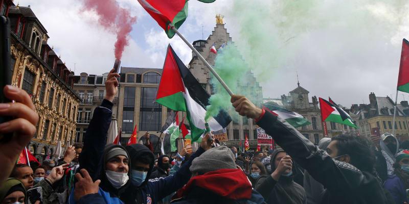 Demonstranti se i přes zákaz úřadů shromáždili ve francouzské metropoli na podporu Palestinců v době eskalace izraelsko-palestinského konfliktu.